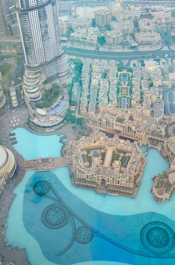 Vista da sopra della fontana e le costruzioni del Dubai dentro in città immagine stock