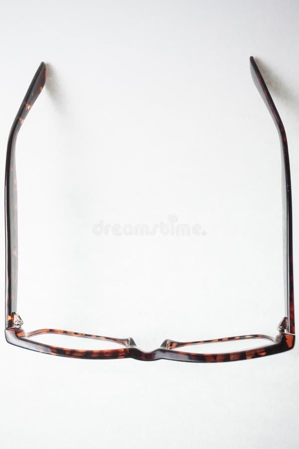 Vista da sopra su un paio degli occhiali marroni d'avanguardia immagini stock libere da diritti