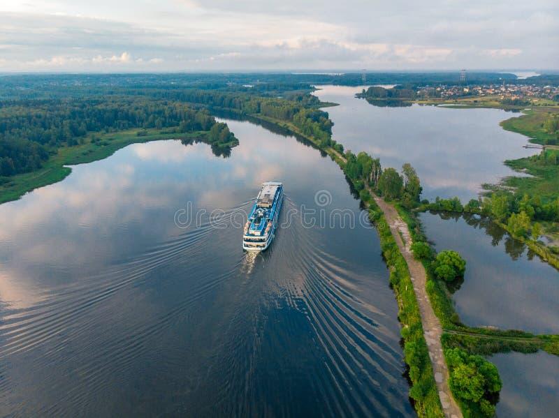 Vista da sopra su una nave che va lungo il fiume blu fotografia stock libera da diritti
