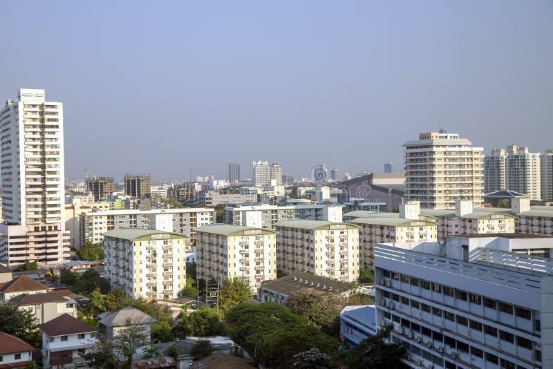 Vista da sopra sui tetti delle case soleggiate di mattina dentro a Bangkok fotografia stock