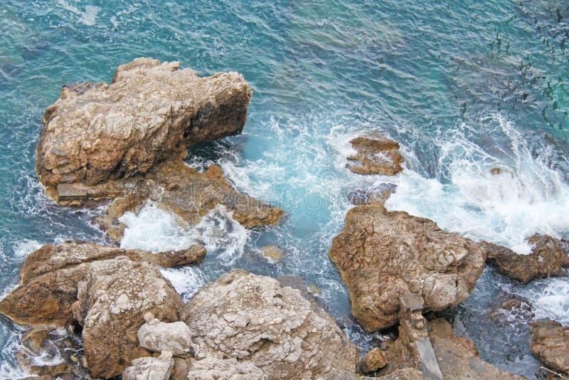 Vista da sopra sul mare e le pietre o le rocce nella città di Taormina L'isola della Sicilia, Italia Bella e vista scenica di fotografia stock