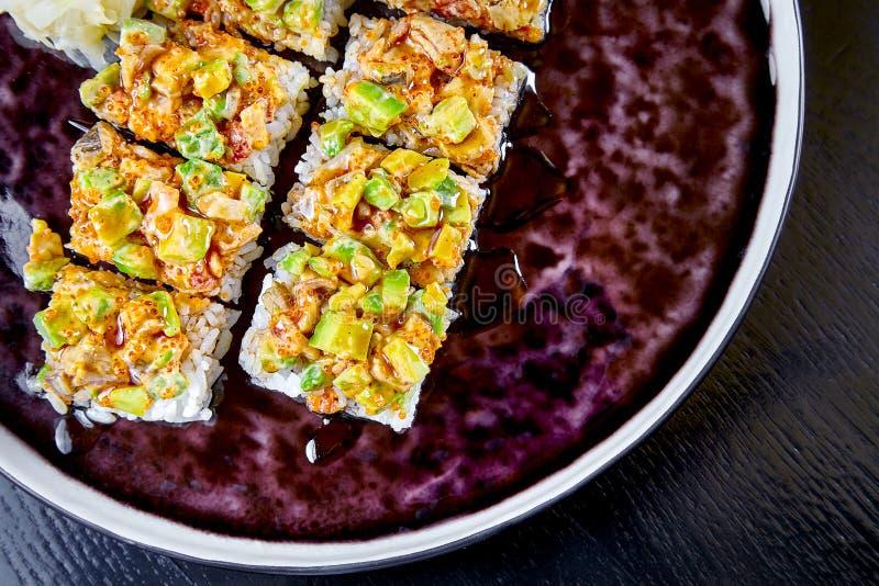 Vista da sopra sul rotolo piccante di suchi Fuoco selettivo Alimento giapponese Rotolo di Suchi Frutti di mare Pesce per pranzo S immagine stock libera da diritti