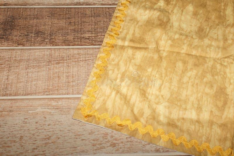 Vista da sopra sulla tavola di legno con il tovagliolo di tela dell'asciugamano o del tessuto di cucina Copi lo spazio per testo fotografie stock libere da diritti