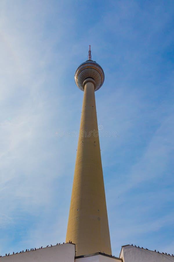 Vista da sotto della torre di Fehrnsehturm TV fotografie stock