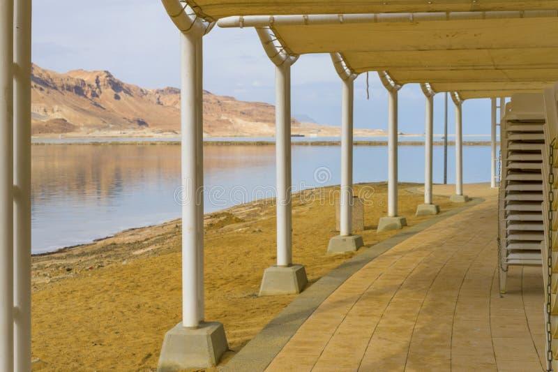 Vista da spiaggia sul Mar Morto Israele fotografie stock