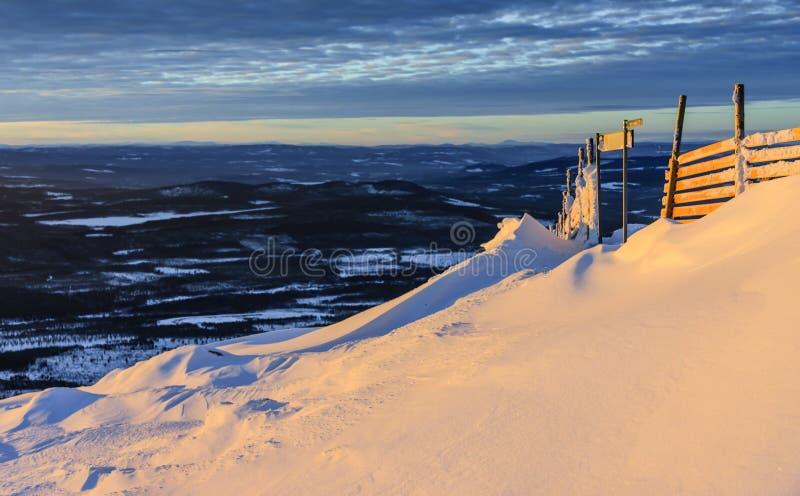 Vista da Suécia do norte no inverno durante o por do sol imagens de stock royalty free