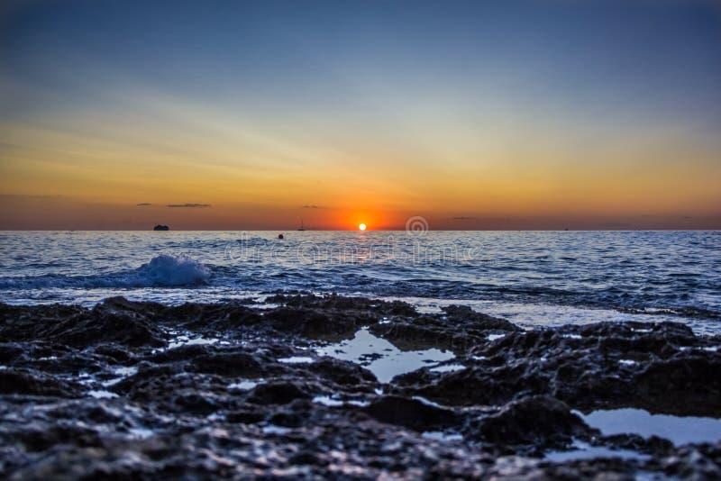 Vista da terra no nascer do sol no mar imagem de stock royalty free