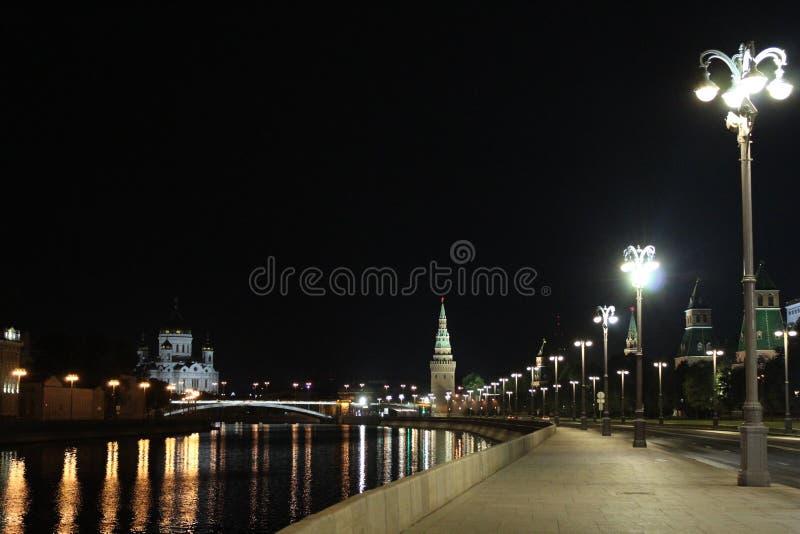 Vista da terraplenagem do Kremlin, da parede do Kremlin de Moscou com torres e da catedral de Cristo o salvador imagem de stock
