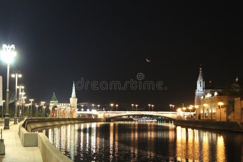 Vista da terraplenagem do Kremlin, da ponte de Bolshoi Moskvoretsky e do rio de Moscou imagem de stock