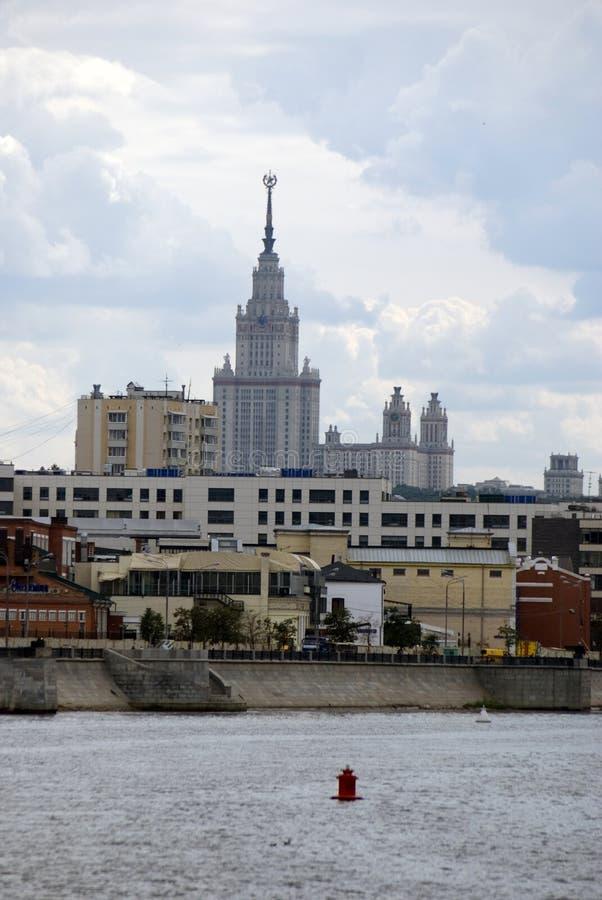 Vista da terraplenagem do rio de Moskva em Moscou O hotel de Ucrânia imagem de stock