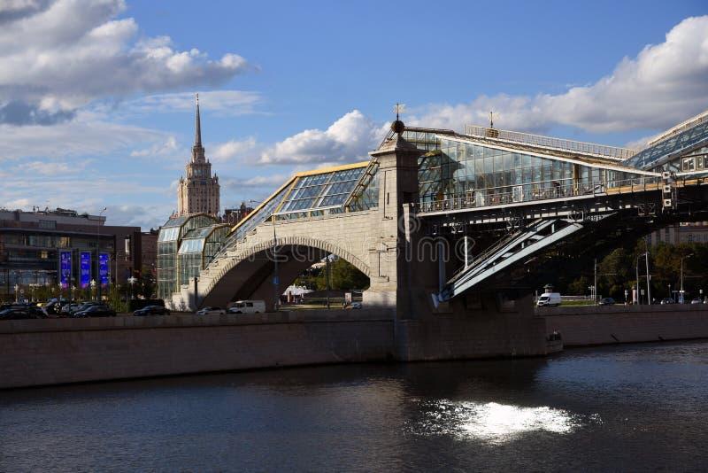 Vista da terraplenagem do rio de Moskva em Moscou O hotel de Ucrânia fotos de stock royalty free