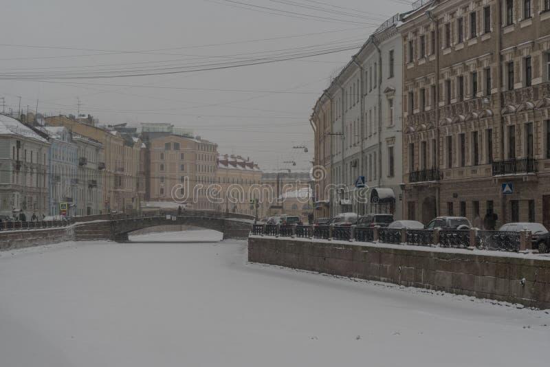 Vista da terraplenagem do rio de Moyka o centro histórico de St Petersburg, Rússia fotos de stock royalty free
