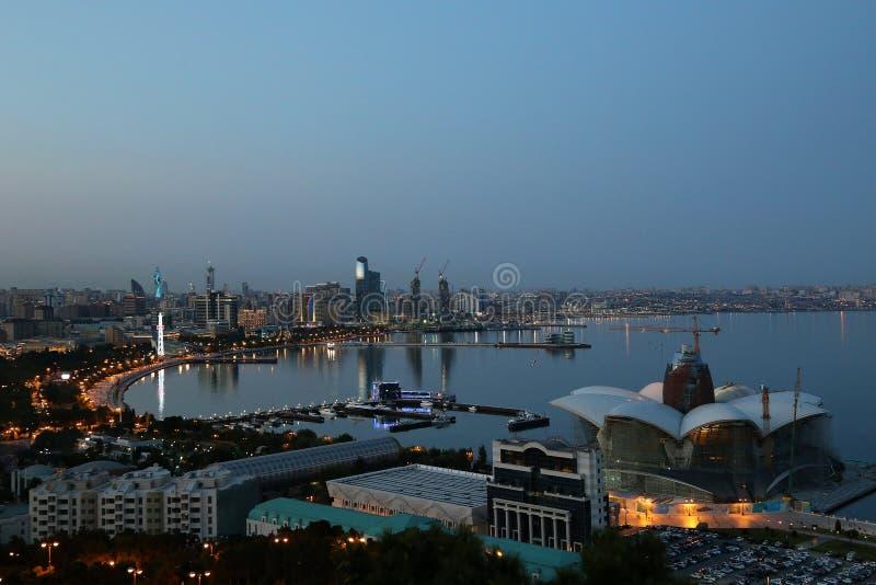 Vista da terraplenagem na noite fotos de stock royalty free