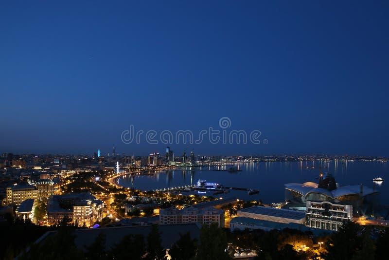 Vista da terraplenagem na noite pela luz de lâmpadas de rua da plataforma de observação do parque de Nagorny imagem de stock royalty free