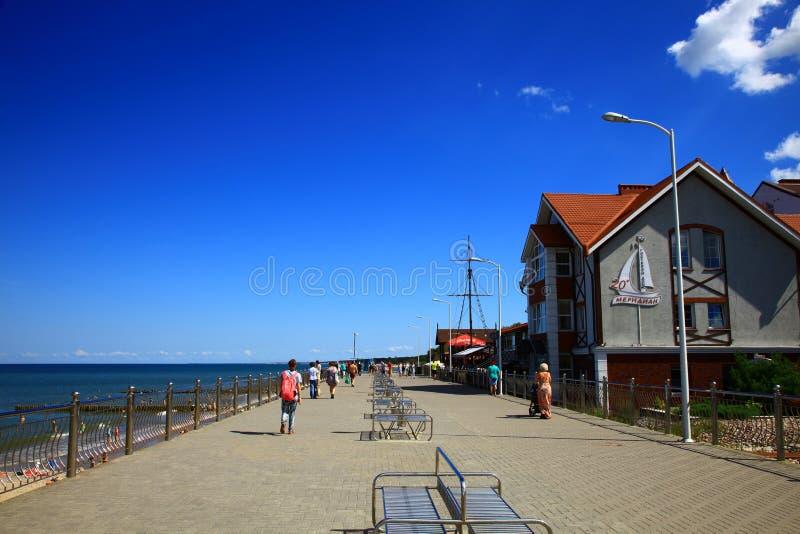 Vista da terraplenagem situada na costa de mar Báltico Zelenogradsk, Rússia imagem de stock