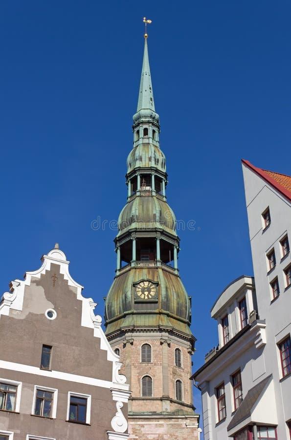 Vista da torre de Bell da catedral de St Peter em Riga fotografia de stock