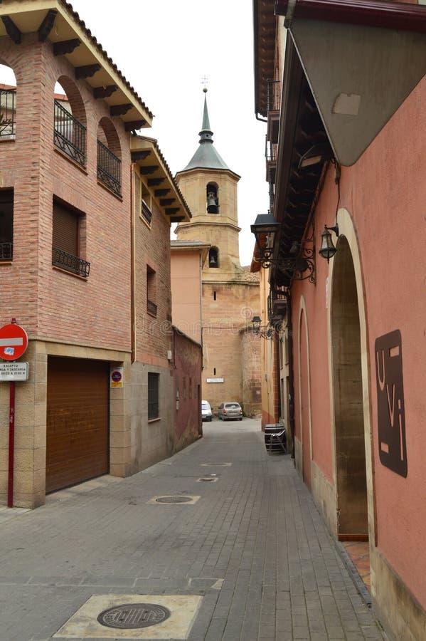 Vista da torre de Bell do La Cruz Church In The Plaza De Navarra De Najera de uma de suas ruas estreitas Arquitetura, curso, H imagens de stock royalty free