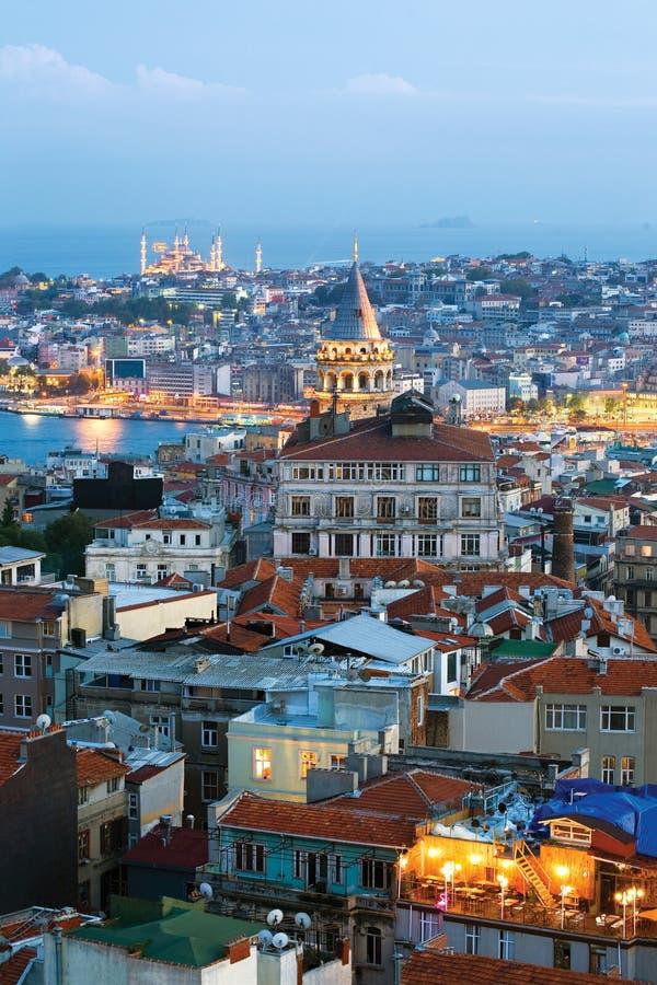 Vista da torre de Galata e da mesquita azul no tempo da noite imagem de stock royalty free