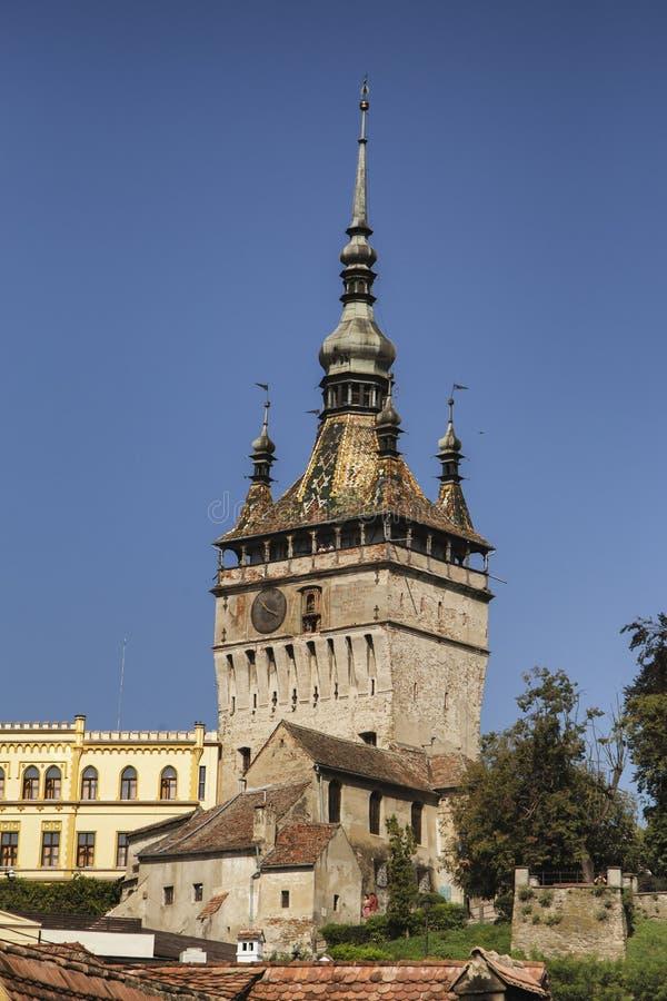 Vista da torre de pulso de disparo na citadela de Sighisoara, a Transilvânia fotos de stock