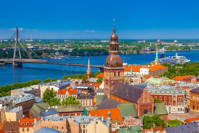 Vista da torre de Saint Peters Church em Riga velho imagens de stock
