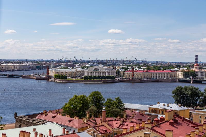 Vista da torre de sino do Peter e do Paul Cathedral no cuspe de Vasilyevsky Island St Petersburg Rússia foto de stock royalty free