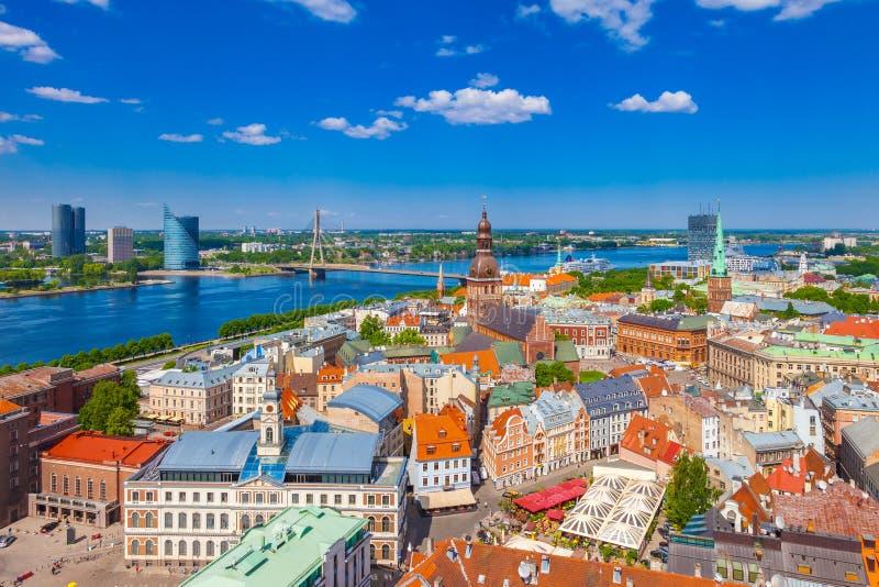 Vista da torre de St Peters Church em Riga, Letónia imagens de stock royalty free
