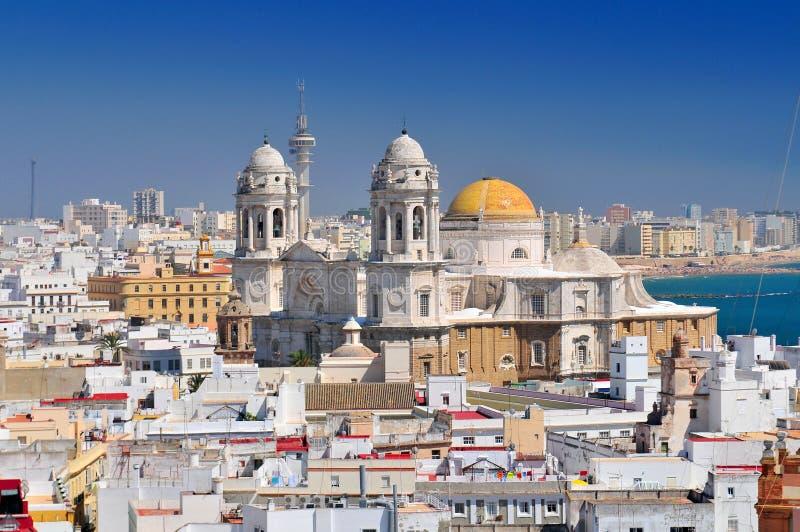 Vista da torre de Torre Tavira à catedral de Cadiz, também catedral nova, Costa de la Luz, a Andaluzia, Espanha imagens de stock
