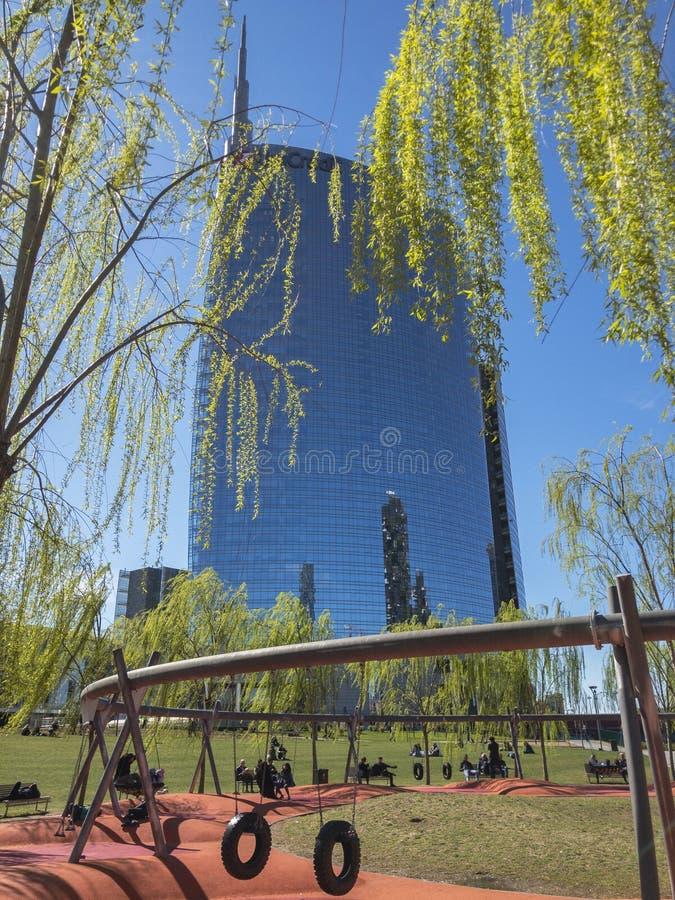 Vista da torre de Unicredit vista do alberi do degli de Biblioteca, parque Encontro de descanso dos povos em um balanço Pausa par foto de stock royalty free