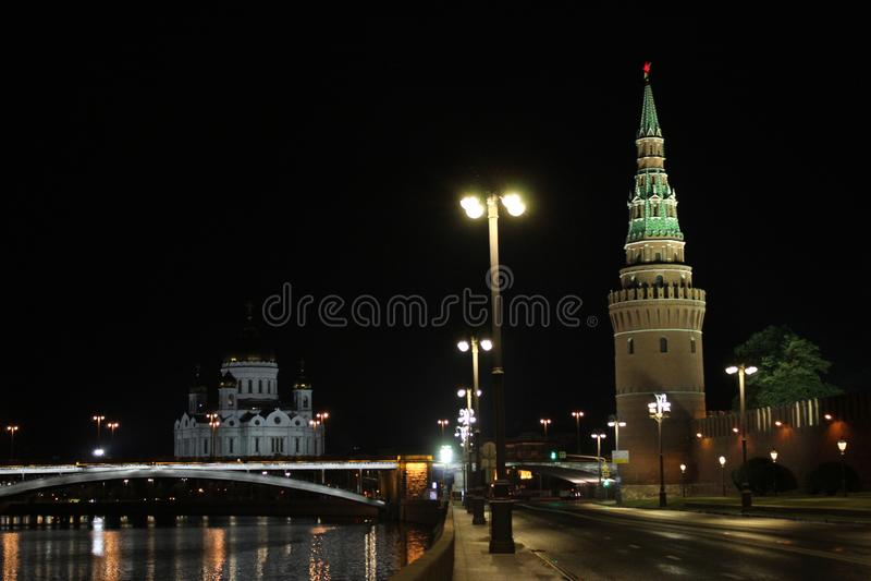 Vista da torre de Vodovzvodnaya do Kremlin, da ponte de pedra grande e da catedral de Cristo o salvador fotos de stock royalty free