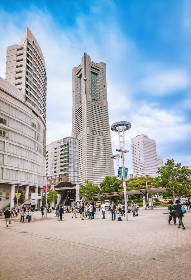 Vista da torre do marco de Yokohama do quadrado da estação de Sakuragi-cho, Minato Mirai, Yokohama, Japão fotos de stock royalty free