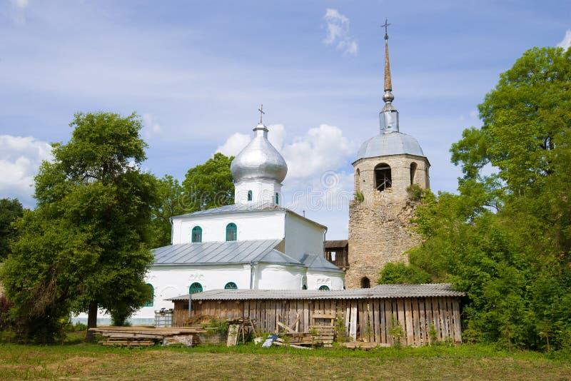 Vista da torre do St Nicholas Cathedral e do São Nicolau da fortaleza de Porkhov Porkhov, Rússia foto de stock