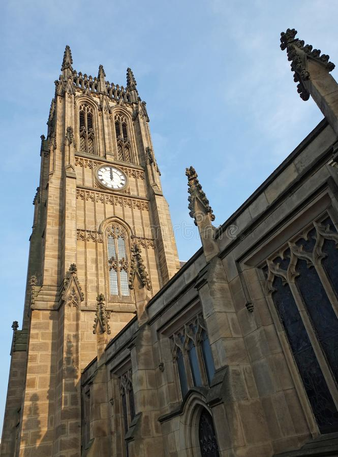 Vista da torre e da construção principal da igreja histórica de St Peters em leeds anteriormente que a igreja paroquial terminou  imagens de stock royalty free