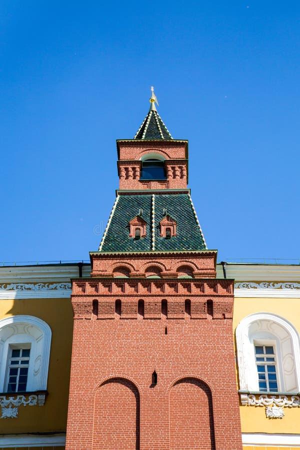 Vista da torre m?dia do arsenal do Kremlin de Moscou em um dia ensolarado claro fotos de stock royalty free