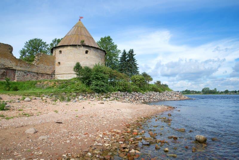 Vista da torre real da fortaleza de Oreshek e da costa do dia ensolarado de agosto do rio de Neva Shlisselburg, Rússia fotografia de stock royalty free
