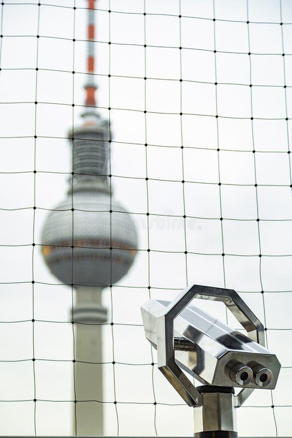 Vista da torre da televisão em Berlim do telescópio foto de stock