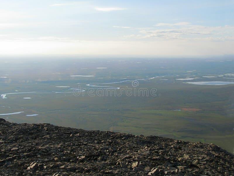 Vista da un'alta montagna nella tundra fotografia stock