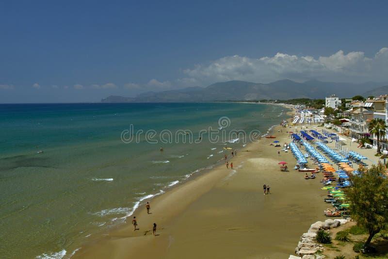 Vista da un'altezza Sperlonga con la provincia del mare blu e della spiaggia di sabbia bianca, Latina nel Lazio del sud Vacanza i immagini stock