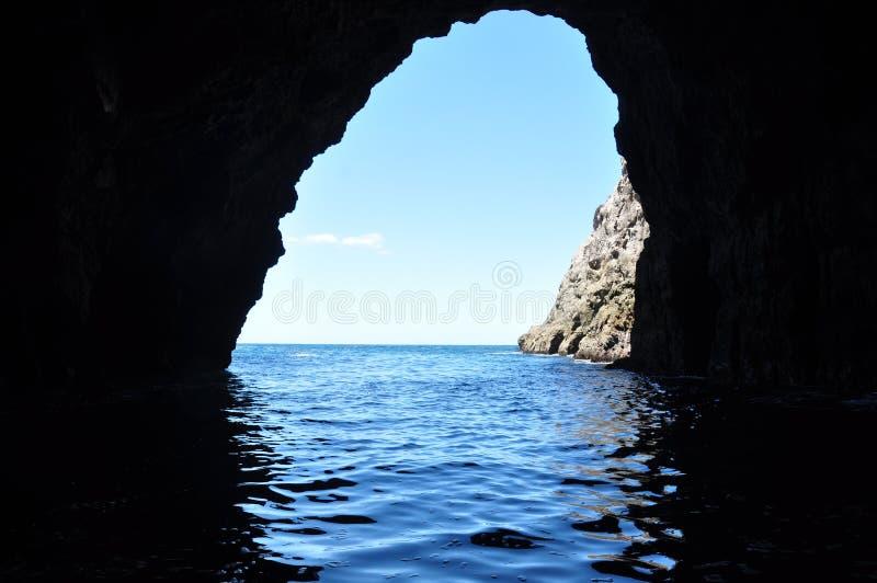 Vista da una caverna dell'oceano fotografie stock libere da diritti
