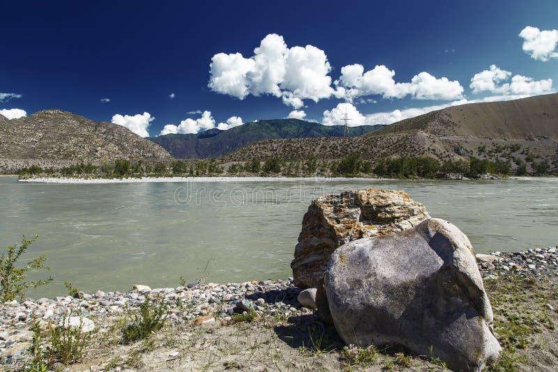Vista da una montagna e da un cielo del fiume della montagna con le nuvole immagine stock