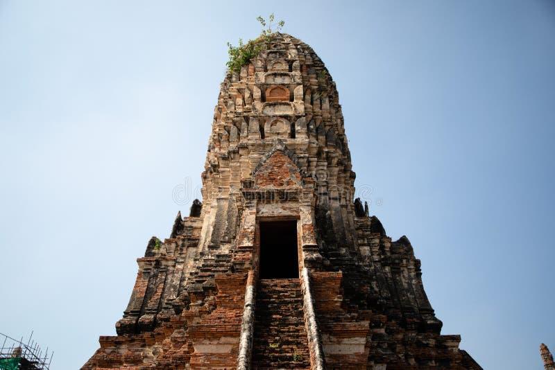 Vista da una pagoda delle rovine del tempio di Ayutthaya in Tailandia con cielo blu nei precedenti fotografia stock libera da diritti