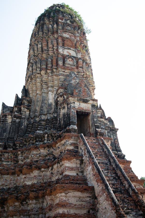 Vista da una pagoda delle rovine del tempio di Ayutthaya in Tailandia con cielo blu nei precedenti fotografia stock