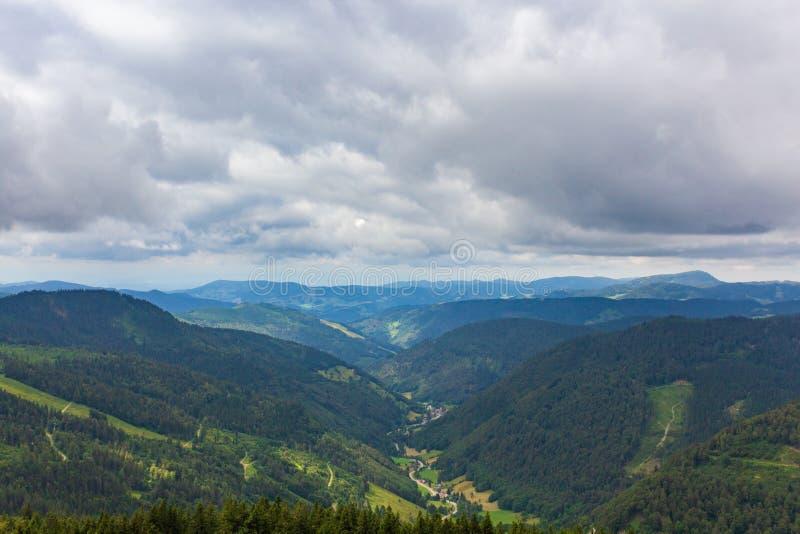 Vista da una piattaforma di osservazione alla montagna di Feldberg sopra il nero immagini stock