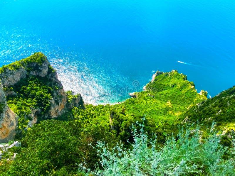 Vista da una scogliera sull'isola di Capri, dell'Italia e delle rocce in mare immagini stock