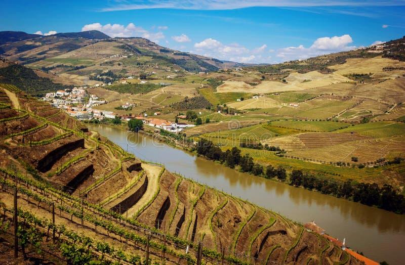Vista da vila de Pinhao ao vale de Douro e ao rio, Portugal imagens de stock