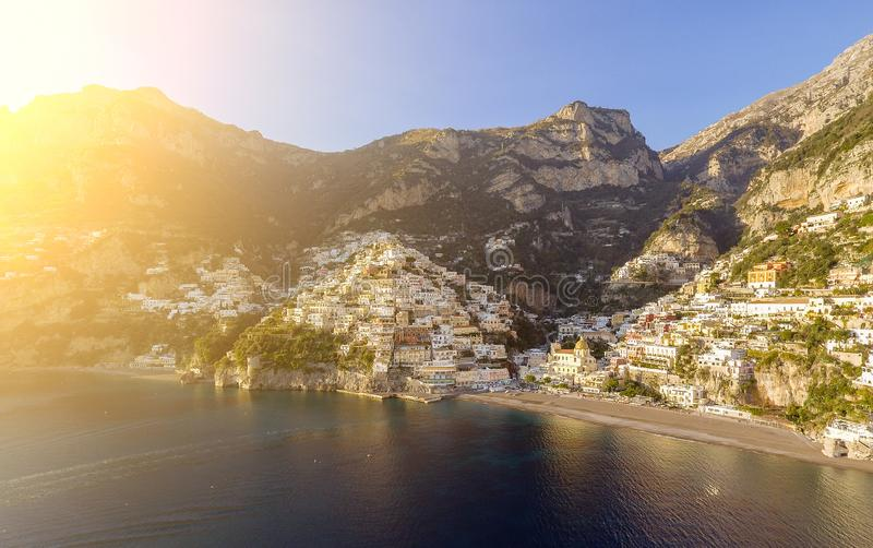 Vista da vila de Positano ao longo da costa de Amalfi em Itália fotografia de stock