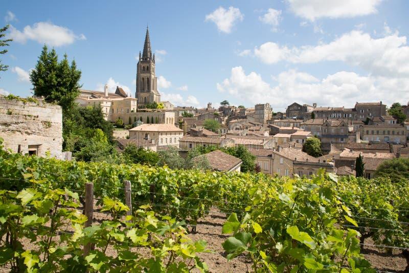 Vista da vila de Saint Emilion na região do Bordéus em França fotografia de stock