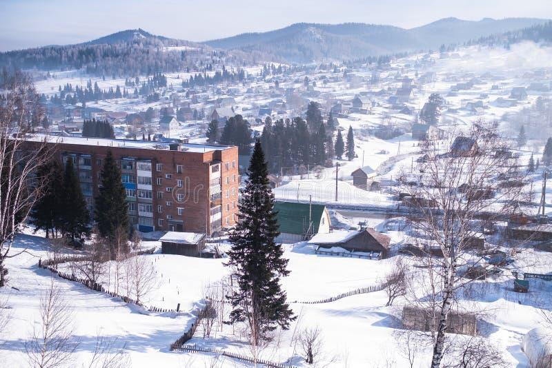 Vista da vila de Sheregesh na montanha Shoria, Sibéria foto de stock