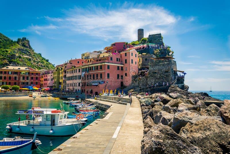 Vista da vila de Vernazza, Cinque Terre, Itália imagem de stock
