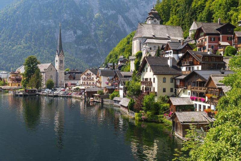 Vista da vila famosa da beira do lago de Hallstatt com o lago nos cumes, Salzkammergut Áustria Hallstatter foto de stock