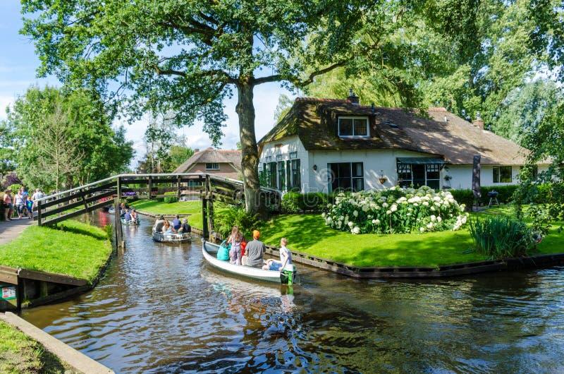 Vista da vila famosa de Giethoorn com canais e as casas cobridas com sapê rústicas do telhado imagens de stock royalty free